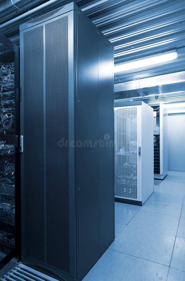 Περιπτώσεις κεντρικών υπολογιστών κρύο μπλε τόνο δωματίων κεντρικών υπολογιστών datacenter στο σύγχρονο στοκ εικόνα