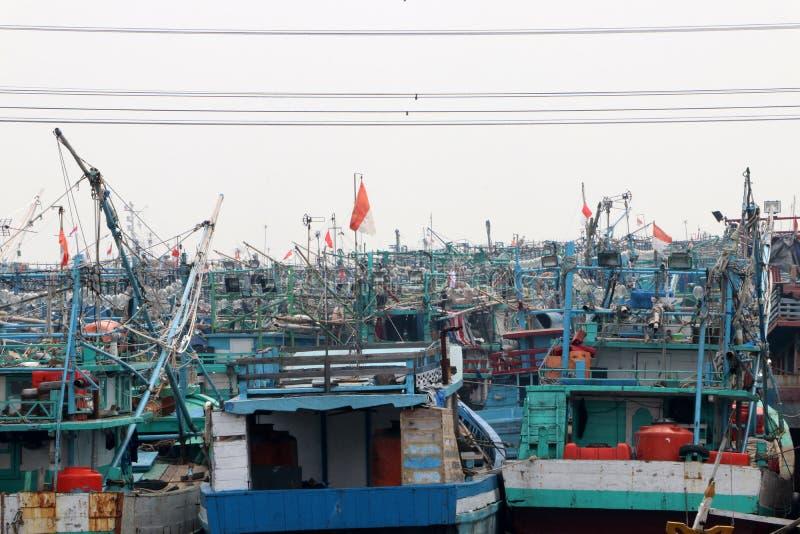 Περισσότερο από εκατό αλιευτικό σκάφος της Ινδονησίας που ελλιμενίζεται στην αποβάθρα στοκ εικόνα