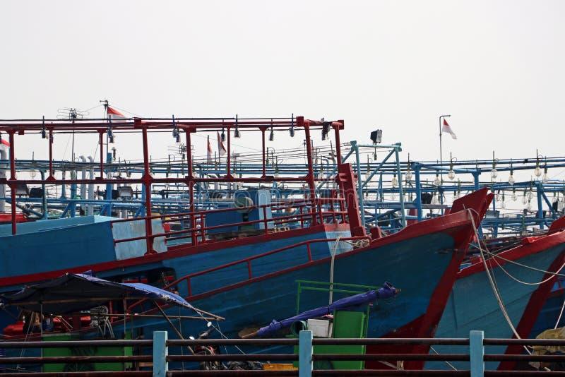 Περισσότερο από εκατό αλιευτικό σκάφος της Ινδονησίας που ελλιμενίζεται στην αποβάθρα στοκ εικόνα με δικαίωμα ελεύθερης χρήσης