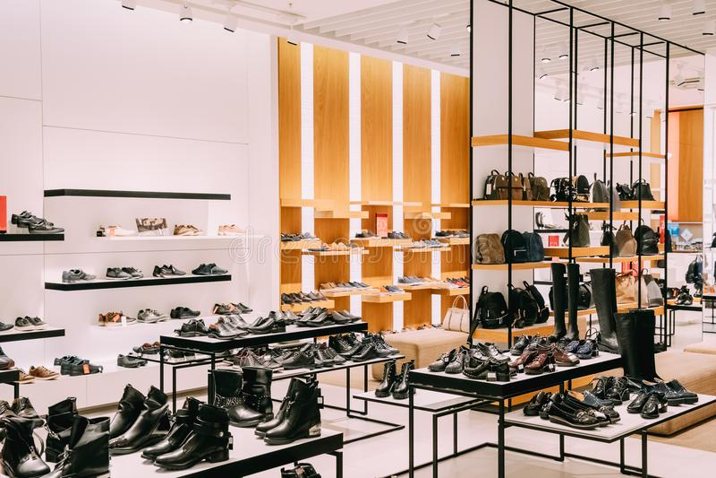 Περιστασιακά μπότες και σακίδιο πλάτης φορεμάτων μόδας στο κατάστημα του εμπορικού κέντρου στοκ φωτογραφίες με δικαίωμα ελεύθερης χρήσης