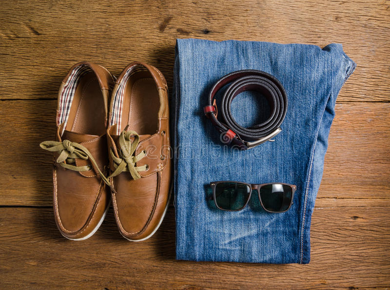 Περιστασιακά τζιν ατόμων και καφετιά ζώνη δέρματος με το παπούτσι δέρματος στοκ φωτογραφία