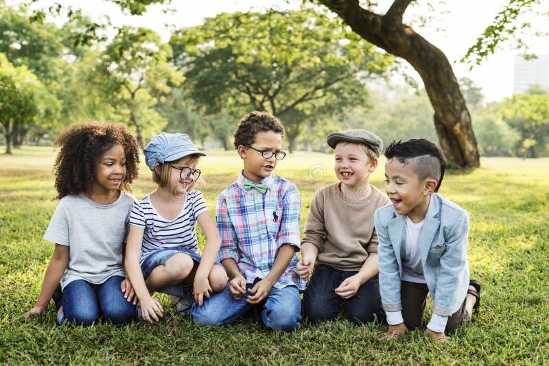Περιστασιακή έννοια παιδιών φίλων παιδιών εύθυμη χαριτωμένη στοκ εικόνες