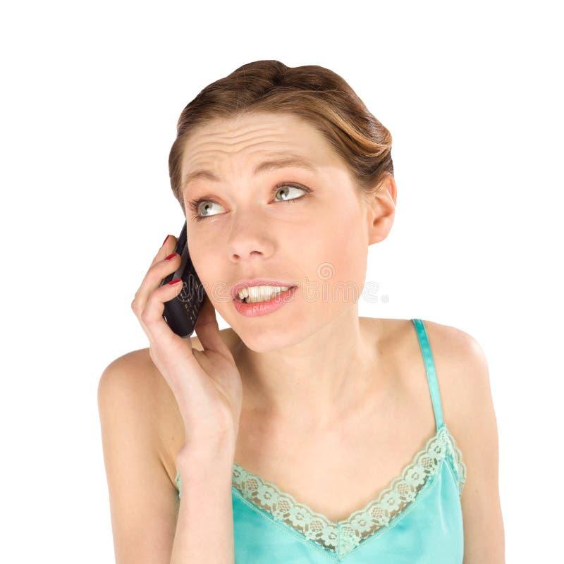 Περιστασιακή γυναίκα που μιλά στο τηλέφωνο στοκ φωτογραφία με δικαίωμα ελεύθερης χρήσης