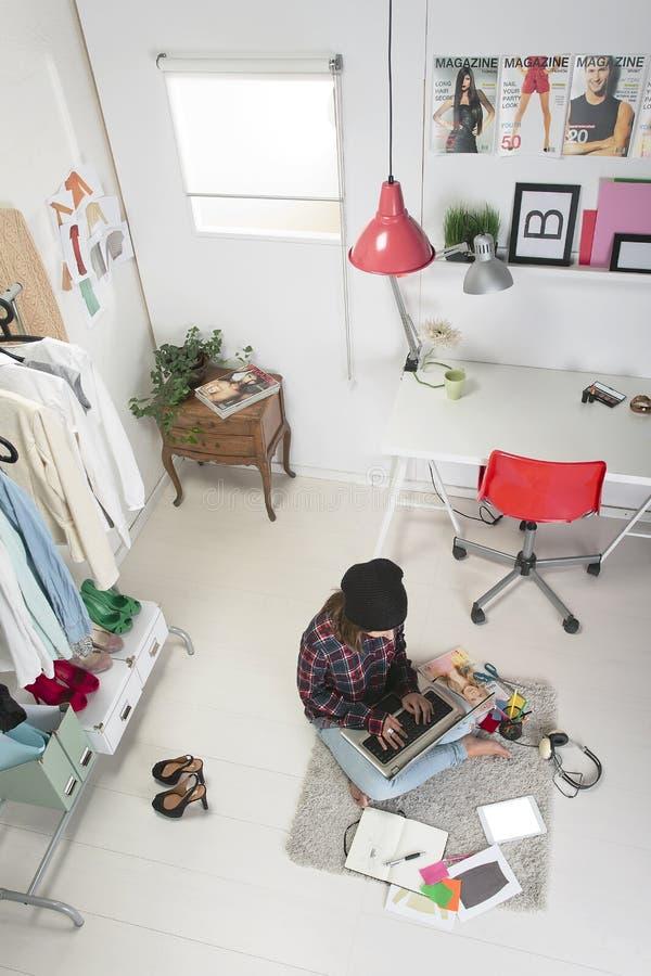 Περιστασιακή γυναίκα blogger που εργάζεται στο γραφείο μόδας της. στοκ εικόνα με δικαίωμα ελεύθερης χρήσης