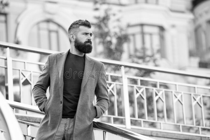 Περιστασιακή και άνετη εξάρτηση για την ημερομηνία φθινοπώρου Μοντέρνη εμφάνιση hipster ατόμων γενειοφόρος που περιμένει κάποιο Β στοκ φωτογραφία