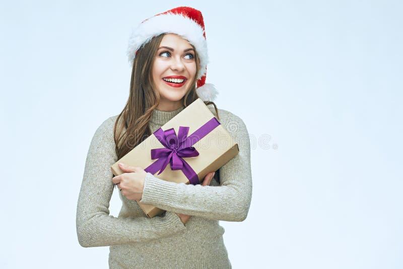 Περιστασιακή ντυμένη χαμογελώντας γυναίκα που φορά το καπέλο Santa στοκ φωτογραφία με δικαίωμα ελεύθερης χρήσης