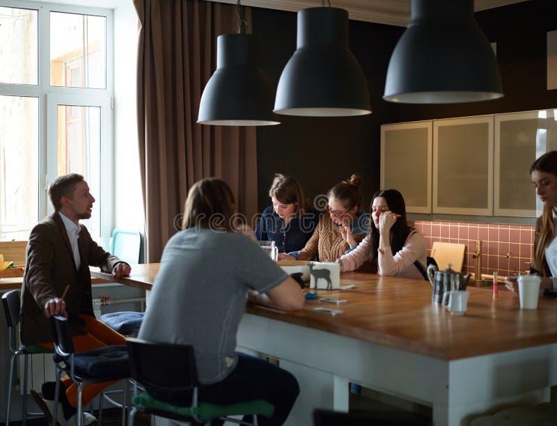 Περιστασιακή συνεδρίαση της νέας ομάδας στοκ εικόνες