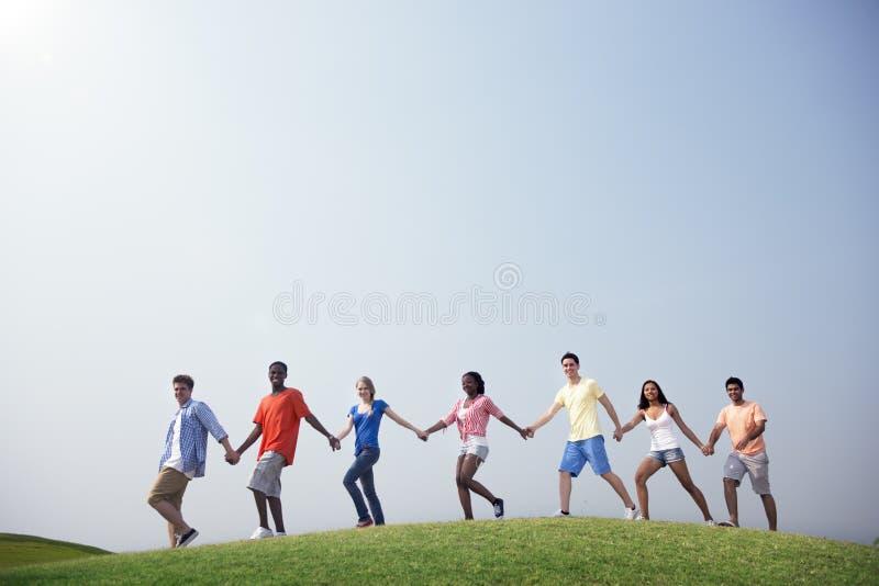 Περιστασιακοί άνθρωποι ομάδας που περπατούν μαζί υπαίθρια την έννοια στοκ φωτογραφίες με δικαίωμα ελεύθερης χρήσης