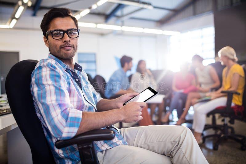 Περιστασιακός επιχειρηματίας που χρησιμοποιεί μια ταμπλέτα στοκ εικόνες
