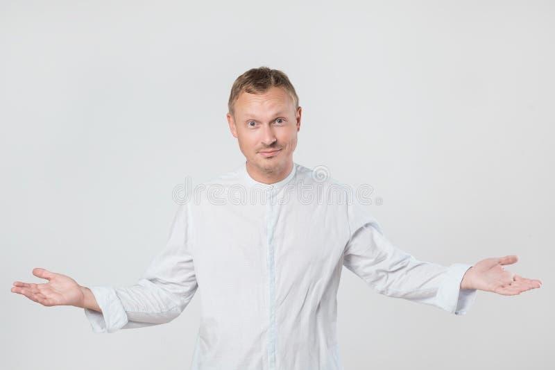 Περιστασιακός νεαρός άνδρας που καλωσορίζει σας με τις αγκάλες του που ανοίγουν στοκ φωτογραφία