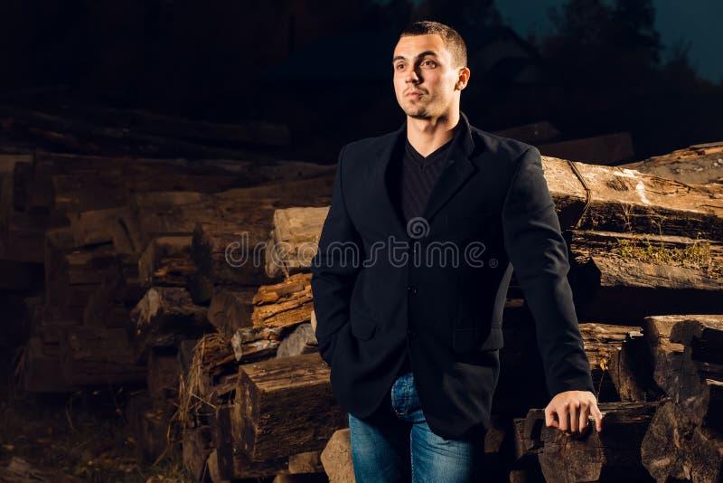 Περιστασιακός νεαρός άνδρας που στέκεται υπαίθριος στοκ φωτογραφία με δικαίωμα ελεύθερης χρήσης