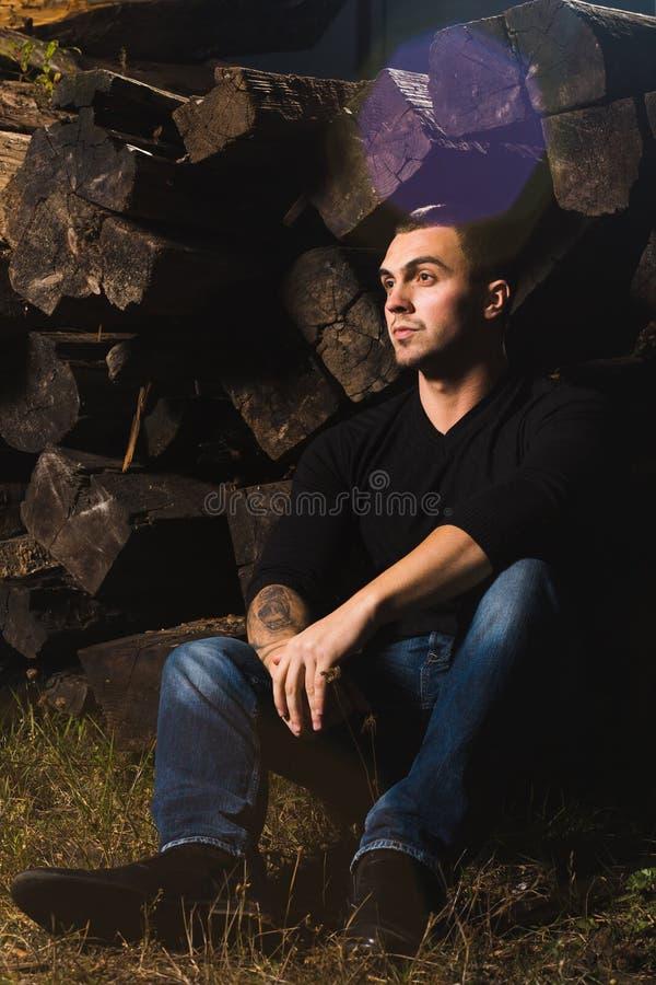 Περιστασιακός νεαρός άνδρας που στέκεται υπαίθριος στοκ εικόνες με δικαίωμα ελεύθερης χρήσης
