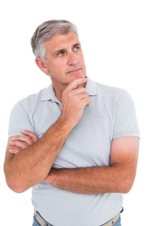 Περιστασιακό άτομο που σκέφτεται με το χέρι στο πηγούνι στοκ φωτογραφία