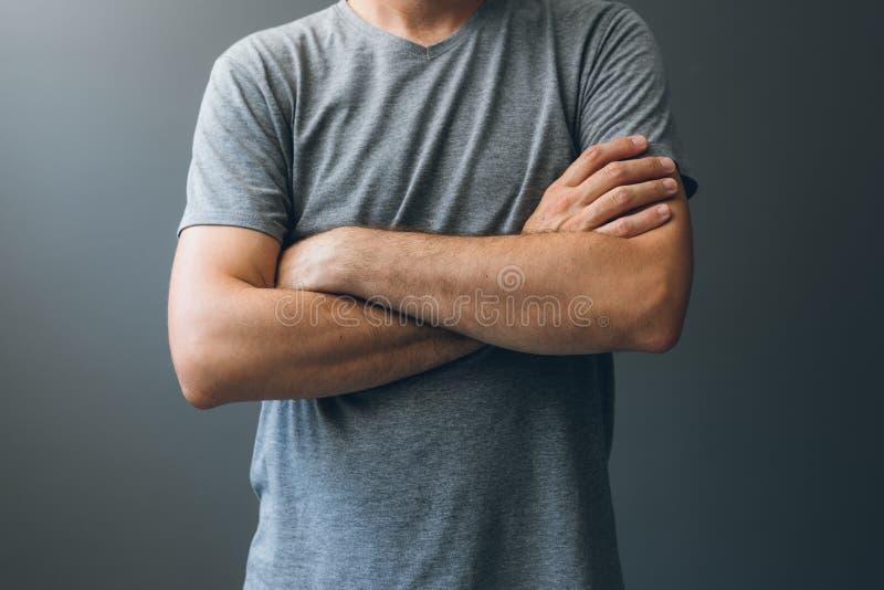 Περιστασιακό ενήλικο άτομο με τα όπλα που διασχίζονται, γλώσσα του σώματος στοκ εικόνες