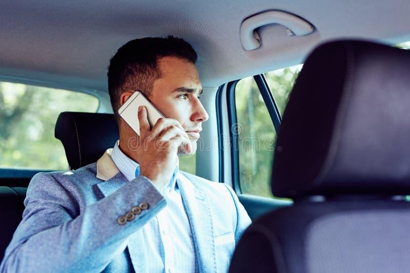 Περιστασιακό επιχειρησιακό άτομο που μιλά στο τηλέφωνο κυττάρων στο αυτοκίνητο στοκ φωτογραφίες με δικαίωμα ελεύθερης χρήσης