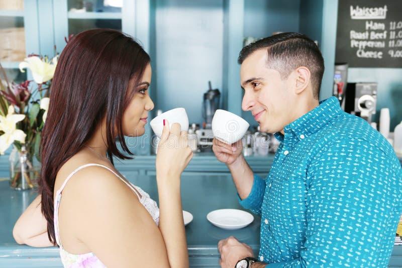 Περιστασιακό ζεύγος που έχει τον καφέ μαζί στη καφετερία στοκ φωτογραφία με δικαίωμα ελεύθερης χρήσης