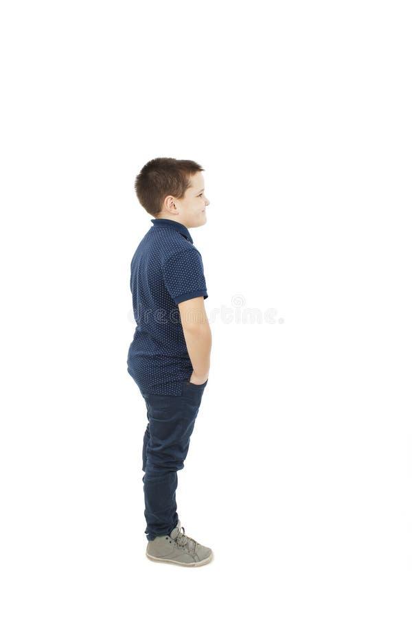 Περιστασιακό μικρό παιδί που κοιτάζει στο διάστημα αντιγράφων στοκ φωτογραφίες με δικαίωμα ελεύθερης χρήσης