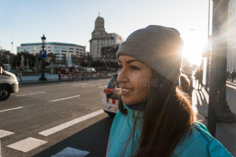 Περιστασιακό νέο κορίτσι που εξετάζει την οδό πόλεων Περιμένει το ταξί ή το λεωφορείο στοκ εικόνες