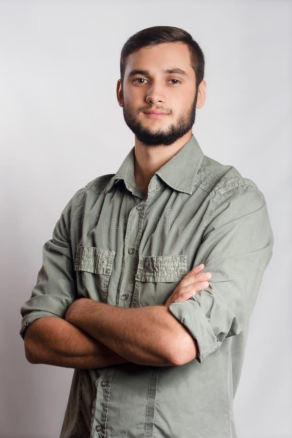 Περιστασιακό πορτρέτο στούντιο νεαρών άνδρων στοκ φωτογραφία με δικαίωμα ελεύθερης χρήσης