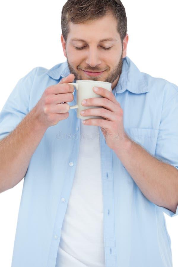 Περιστασιακό πρότυπο που έχει τον καφέ και που μυρίζει τον στοκ εικόνες με δικαίωμα ελεύθερης χρήσης