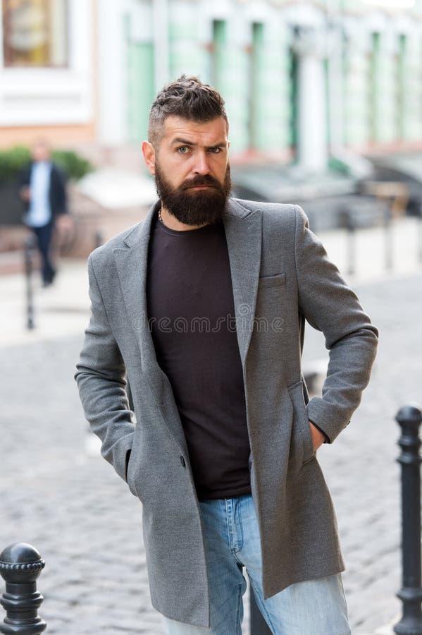 Περιστασιακό ύφος hipster ατόμων γενειοφόρο που περιμένει το ταξί Τύπος στο κέντρο πόλεων οδών Έρευνα της μεταφοράς Στάση λεωφορε στοκ εικόνες με δικαίωμα ελεύθερης χρήσης