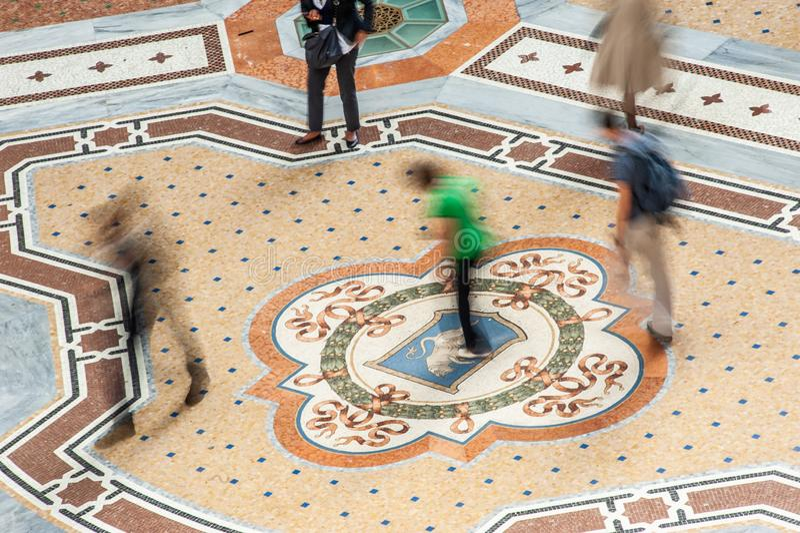 Περιστρέφοντας στους όρχεις του ταύρου Galleria Vittorio Emanuele ΙΙ στο Μιλάνο, Ιταλία στοκ φωτογραφία με δικαίωμα ελεύθερης χρήσης