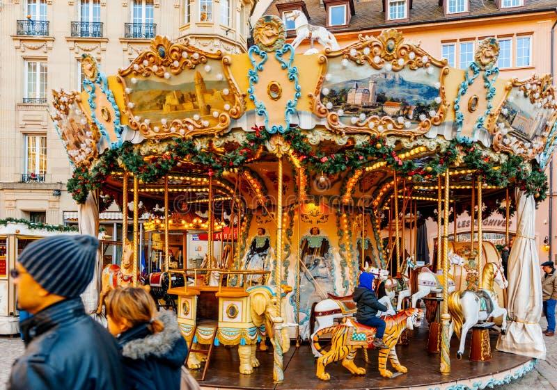 Περιστρεφόμενο ιπποδρόμιο αγοράς Χριστουγέννων εύθυμος-πηγαίνω-γύρω από στοκ εικόνα