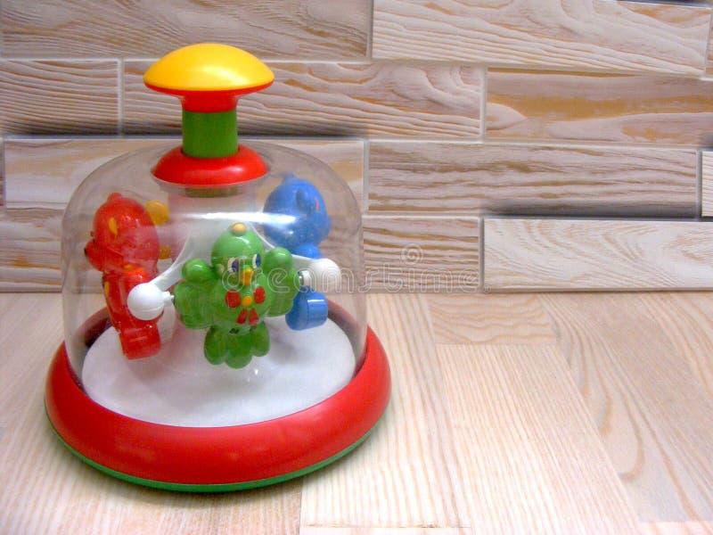 Περιστρεφόμενο παιχνίδι μωρών σβουρών στο ξύλινο υπόβαθρο στοκ φωτογραφία με δικαίωμα ελεύθερης χρήσης