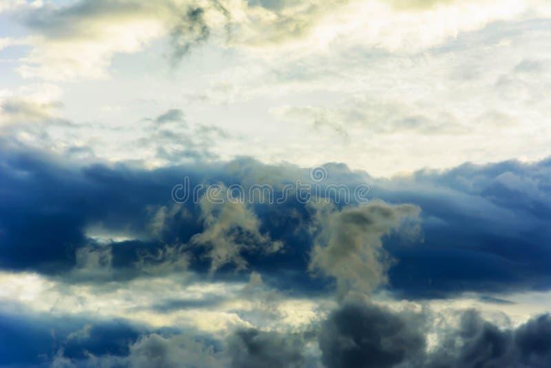 Περιστροφές στροβιλιμένος σκοτεινές θύελλας σύννεφων στοκ φωτογραφίες με δικαίωμα ελεύθερης χρήσης