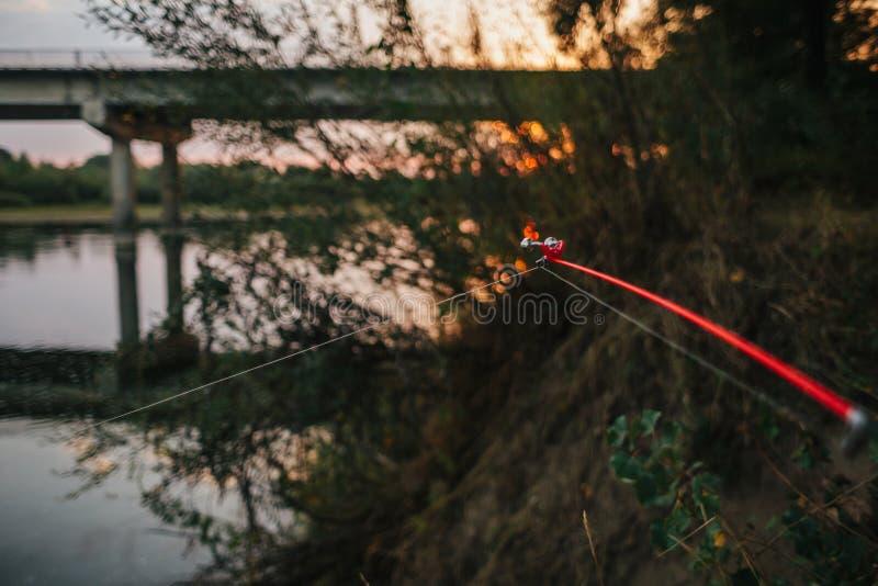 Περιστροφή αλιείας ατρόπων μπλε ύδωρ στοκ φωτογραφίες