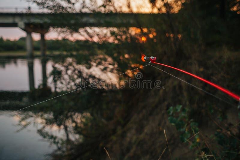 Περιστροφή αλιείας ατρόπων μπλε ύδωρ στοκ εικόνα