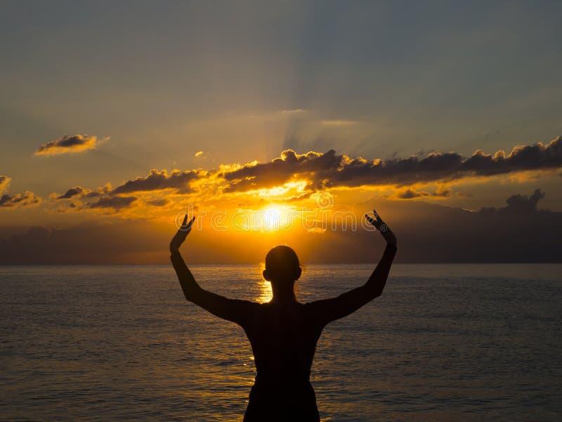 Περισυλλογή, πρακτική γιόγκας στην παραλία στο ηλιοβασίλεμα Περισυλλογή, υγιείς ζωή και έννοια αρμονίας στοκ φωτογραφία