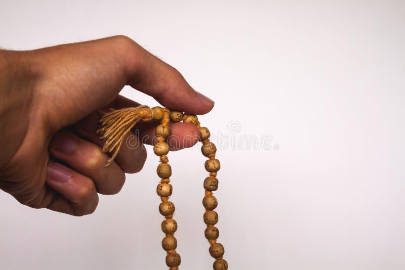 Περισυλλογή χεριών στις χάντρες Japa Mala Tulsi στοκ εικόνα με δικαίωμα ελεύθερης χρήσης