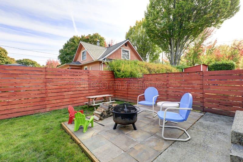 Περιφραγμένη πίσω αυλή με τη σχάρα περιοχής και σχαρών patio στοκ φωτογραφία με δικαίωμα ελεύθερης χρήσης