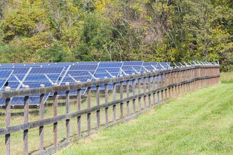 Περιφραγμένος στο έδαφος τοποθετήστε το αγρόκτημα ηλιακής ενέργειας στοκ εικόνες