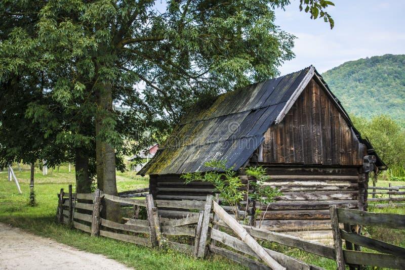 Περιφραγμένο σπίτι κούτσουρων στοκ φωτογραφία