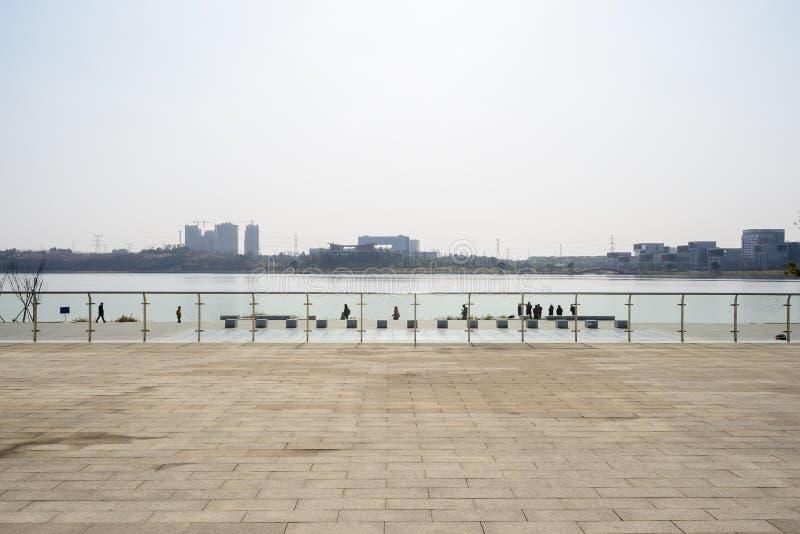 Περιφραγμένο στρωμένο flagstone έδαφος στην όχθη της λίμνης τον ηλιόλουστο χειμώνα aftern στοκ εικόνες