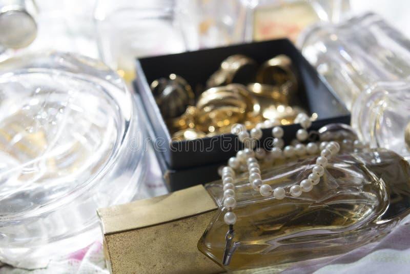 Περιδέραιο μαργαριταριών στα κοσμήματα μπουκαλιών και οικογενειών αρώματος στοκ φωτογραφία με δικαίωμα ελεύθερης χρήσης
