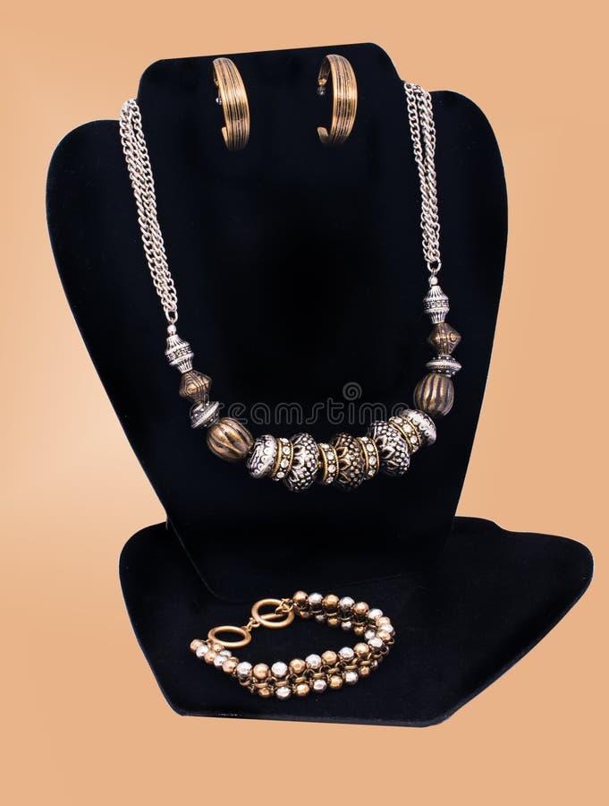 Περιδέραιο, σκουλαρίκια και βραχιόλι μόδας στοκ φωτογραφία με δικαίωμα ελεύθερης χρήσης