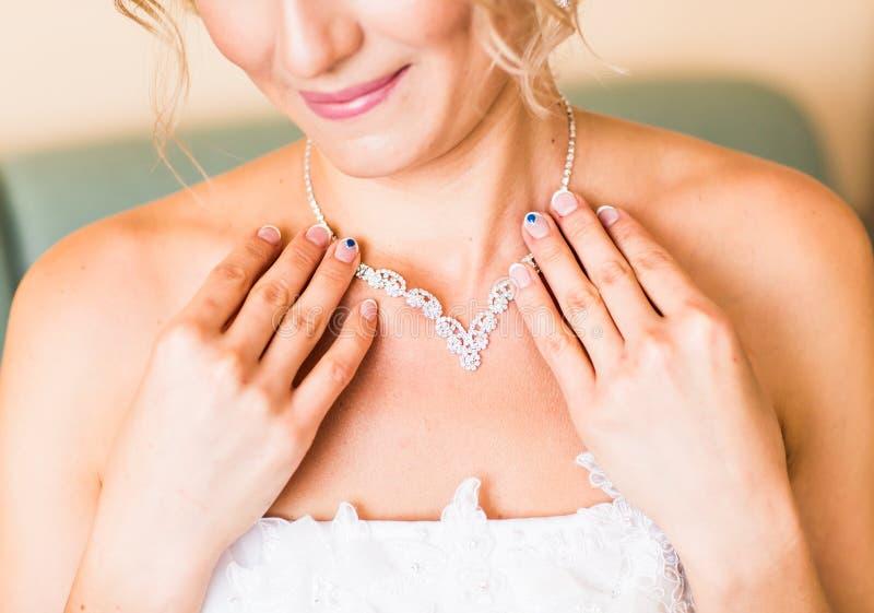 Περιδέραιο στο λαιμό της νύφης στοκ εικόνα