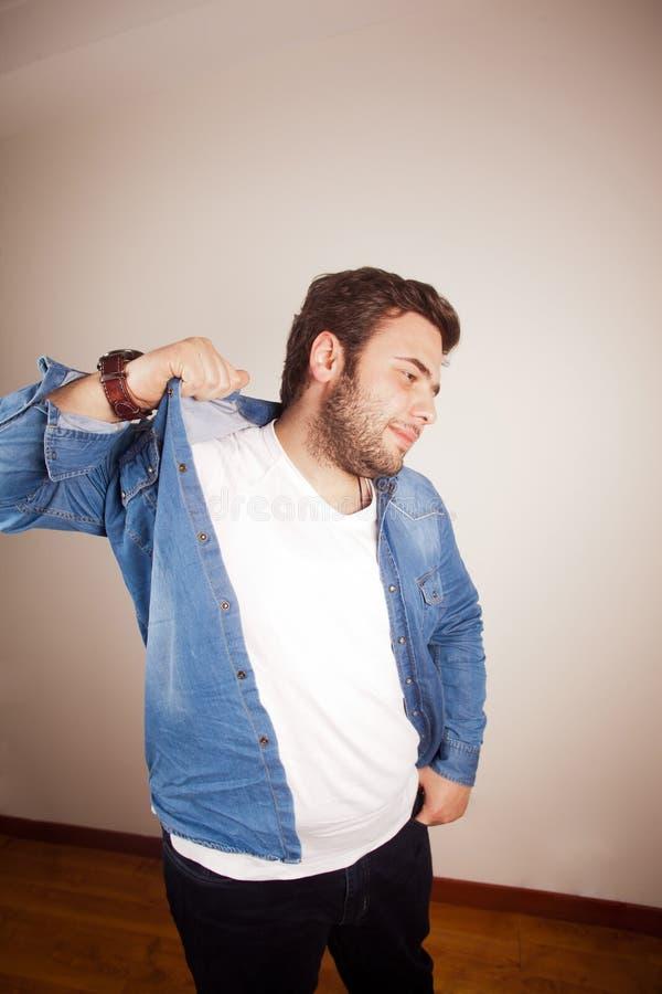 Περιλαίμιο πουκάμισων και νεαρός άνδρας στοκ φωτογραφία με δικαίωμα ελεύθερης χρήσης