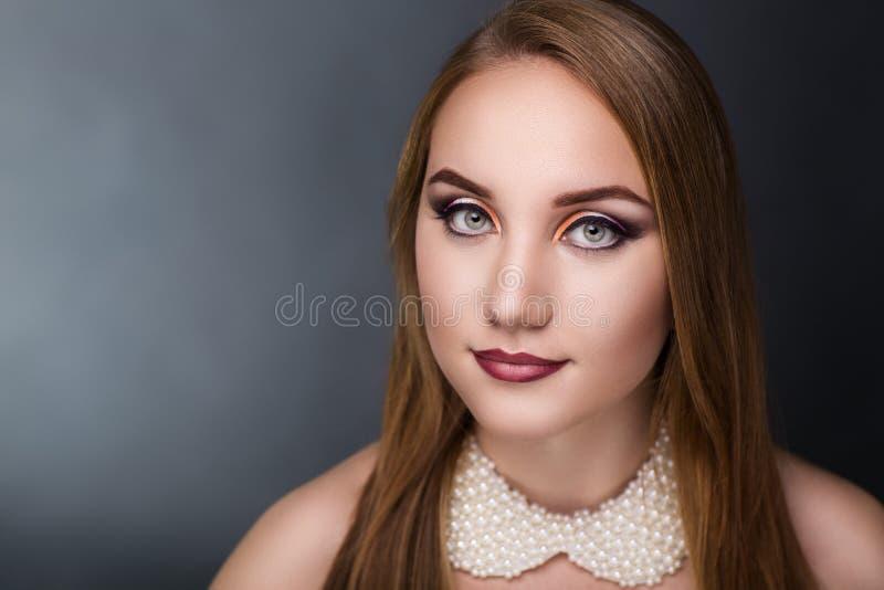 Περιλαίμιο των μαργαριταριών στη γυναίκα στοκ φωτογραφία με δικαίωμα ελεύθερης χρήσης