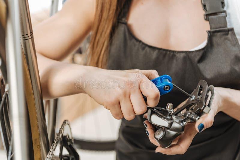 Περιληφθείς craftswoman καθορίζοντας το πεντάλι στο εργαστήριο στοκ φωτογραφία με δικαίωμα ελεύθερης χρήσης