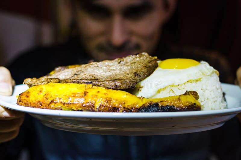 Περουβιανά λατινοαμερικάνικα τρόφιμα Bistec ένα lo pobre Tenderloin βόειου κρέατος με τις τηγανιτές πατάτες, τηγανισμένο plantain στοκ εικόνες