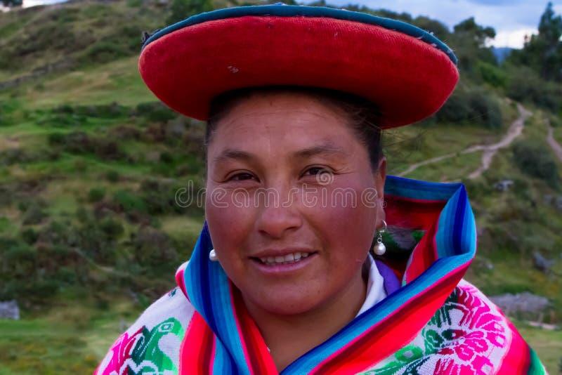 Περουβιανή γυναίκα που περπατά κατ' οίκον στοκ εικόνες