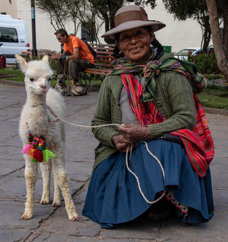 Περουβιανή γυναίκα σε Cusco με llama μωρών στοκ εικόνα με δικαίωμα ελεύθερης χρήσης