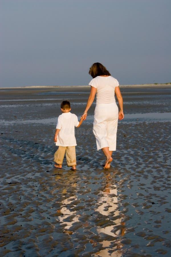 περπάτημα γιων μητέρων στοκ εικόνες με δικαίωμα ελεύθερης χρήσης