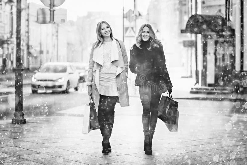 Περπάτημα γυναίκας στην πόλη στοκ εικόνα με δικαίωμα ελεύθερης χρήσης