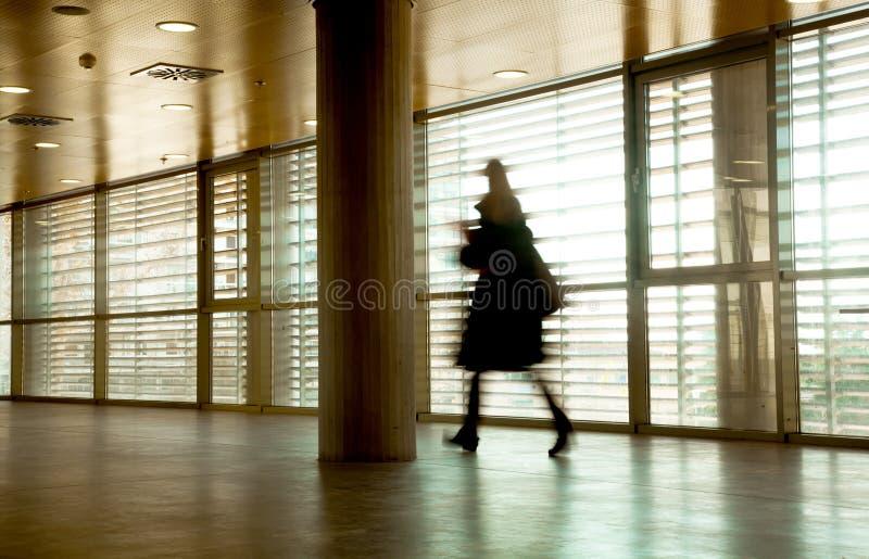 Download περπάτημα επιχειρηματιών στοκ εικόνα. εικόνα από αναχώρηση - 22783593