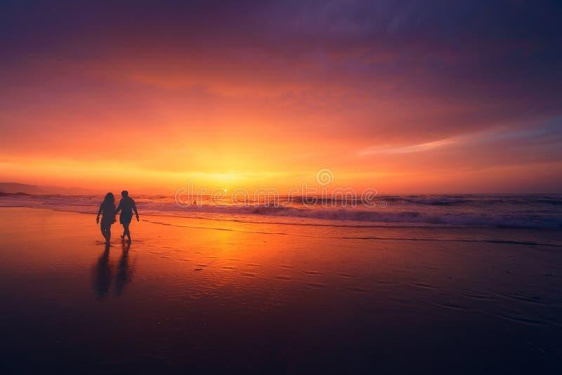 περπάτημα ηλιοβασιλέματ&omic στοκ φωτογραφίες με δικαίωμα ελεύθερης χρήσης